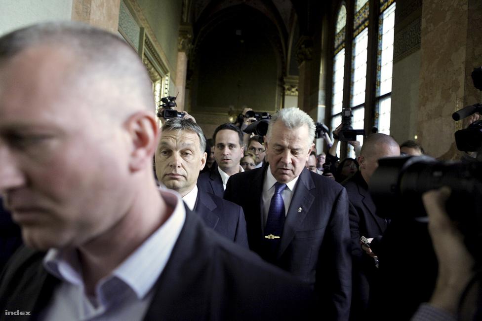 Schmitt Pál volt köztársasági elnök a Parlament folyosóján április másodikán, miután az év elején kirobbant plágiumbotrány követkeményeként  lemondott tisztségéről.