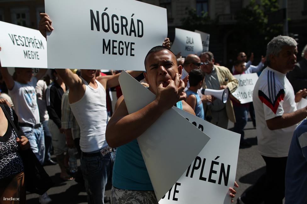Háromszáz cigány vonult május 5-én a Magyar Cigányok Országos Pártja szervezésében a Nyugati Pályaudvartól az Alkotmány utcáig. A romák integrációját kérték számon  a kormányon, és Farkas Flóriánt kritizálták, ahogy később októberben a Miskolcon felvonuló romák is.