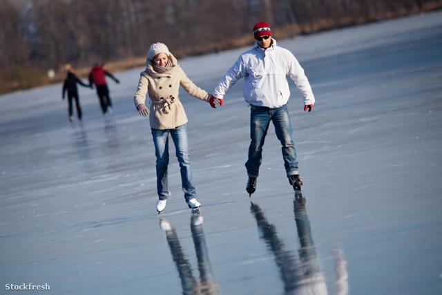 stockfresh 1582956 couple-ice-skating-outdoors-on-a-pond sizeM