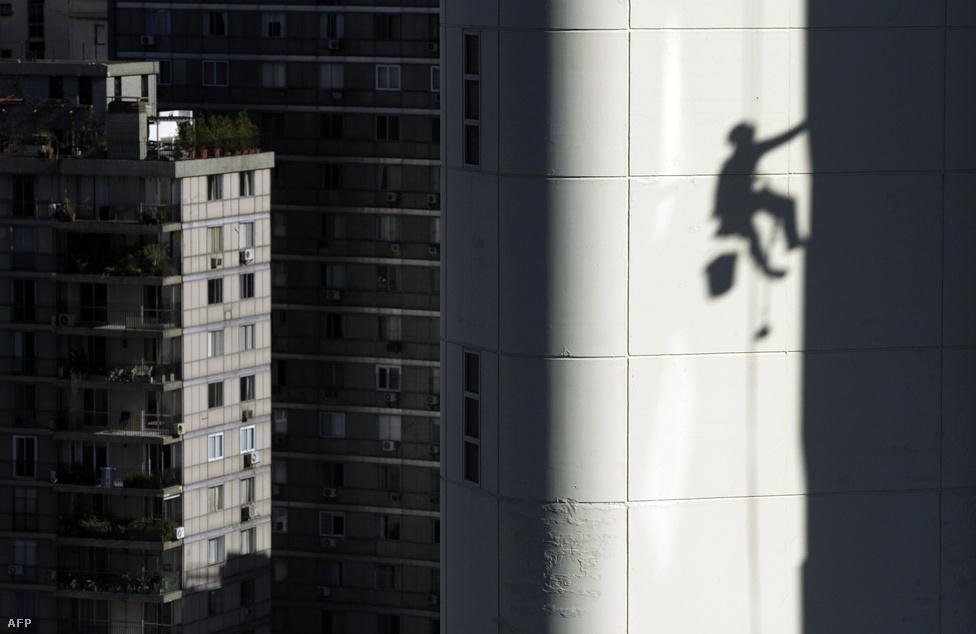 Ablakpucoló árnyéka Buenos Airesben május 30-án.