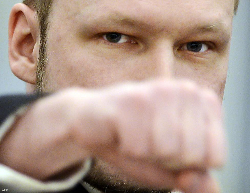 Anders Behring Breivik, aki 2011-ben 77 ember ölt meg Oslóban és Utoya szigetén Norvégiában, karlendítéssel vonult be az oslói bíróságra, tárgyalásának első napján, április 16-án.