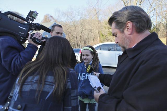 Riporterek rohamozzák meg a túlélőket. A helyszíni beszámolók alapján több téves információ kelt szárnya: nem derült ki pontosan, megtalálták-e a lövöldöző holttestét, illetve gyanúba keveredett a tettes testvére is, aki először Facebookon próbálta tisztázni magát.