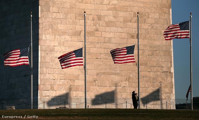 Leengedik a zászlókat a Washington-emlékműnél