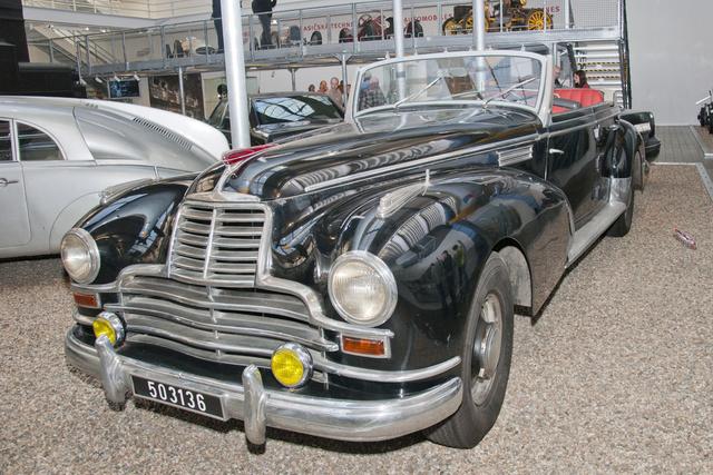 Nem amerikai és nem francia: ez egy Mercedes 770, amelyet a cseh 1939-es Karosa épített át 1952-ben, hogy méltó külsővel szolgálja a pártot