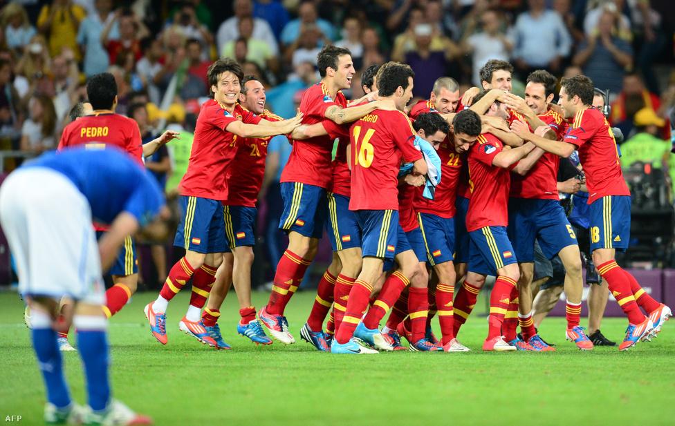 Hiába érkezett magabiztosan az olasz válogatott a július elsején rendezett döntőbe Kijevbe, a torna esélyese, Spanyolország 4-0-ra győzött, átgázolt ellenfelén. Így a kétezres évek elejének francia válogatottjához hasonlóan a spanyolok egyszerre a világ és Európa futballbajnokai.