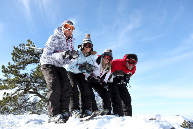 stockfresh 1851598 four-friends-skiing-together-on-holiday sizeM