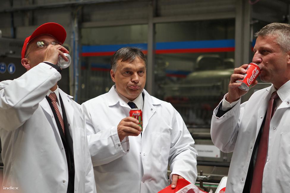 Orbán Viktor  felavatta  az ország legnagyobb palackozóját: a magyar kóla most már olyan sebességgel készül, hogy naponta minden magyarnak tudnának gyártani egyet. Ennyi persze itthon nem kell, viszont Máltától Izlandig magyar kólát iszik Európa.