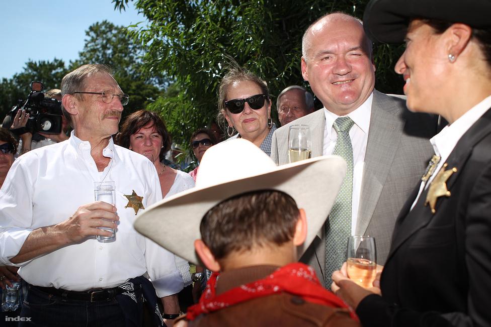 Pintér Sándor és Hende Csaba az amerikai nagykövet által tartott függetlenség napi kerti partin Táncsics Mihály egykori börtönében  a budai várban július harmadikán.