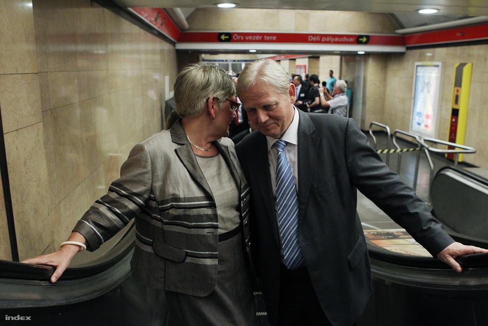Németh Lászlóné nemzeti fejlesztési miniszter és Tarlós István főpolgármester beszélgetnek az Alstom metrókocsik első nyilvános próbaútján  július 10-én.