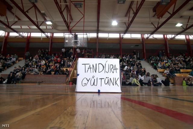 Tüntető diákok egy veszprémi iskola tornatermében