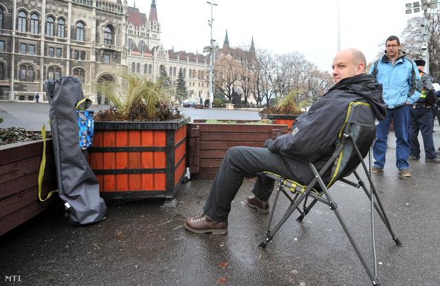 Nagy Dávid ülősztrájkol a Parlament előtt
