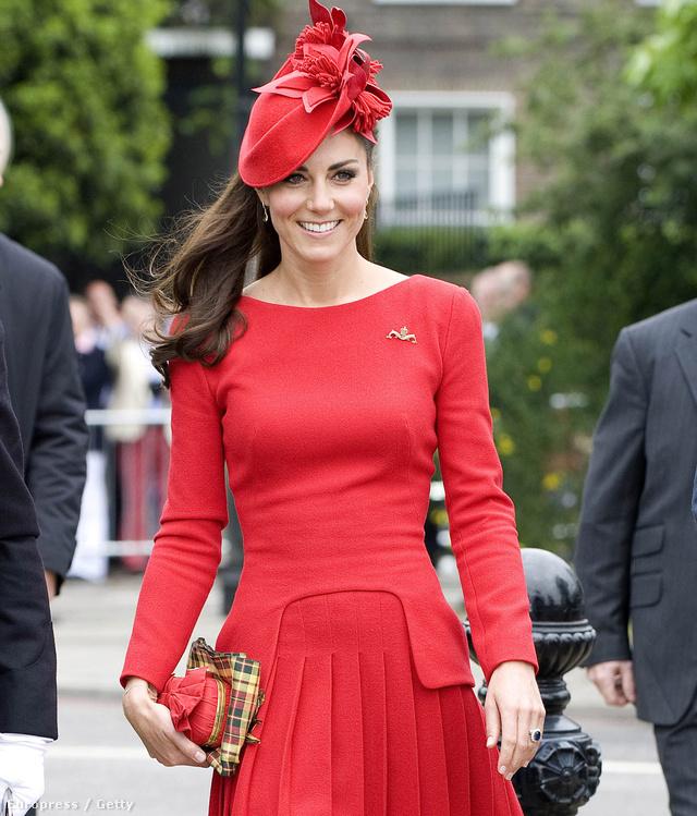 Június 3: A gyémántjubileum alkalmából rendezett hajókázásra tart a hercegné piros ruhában.