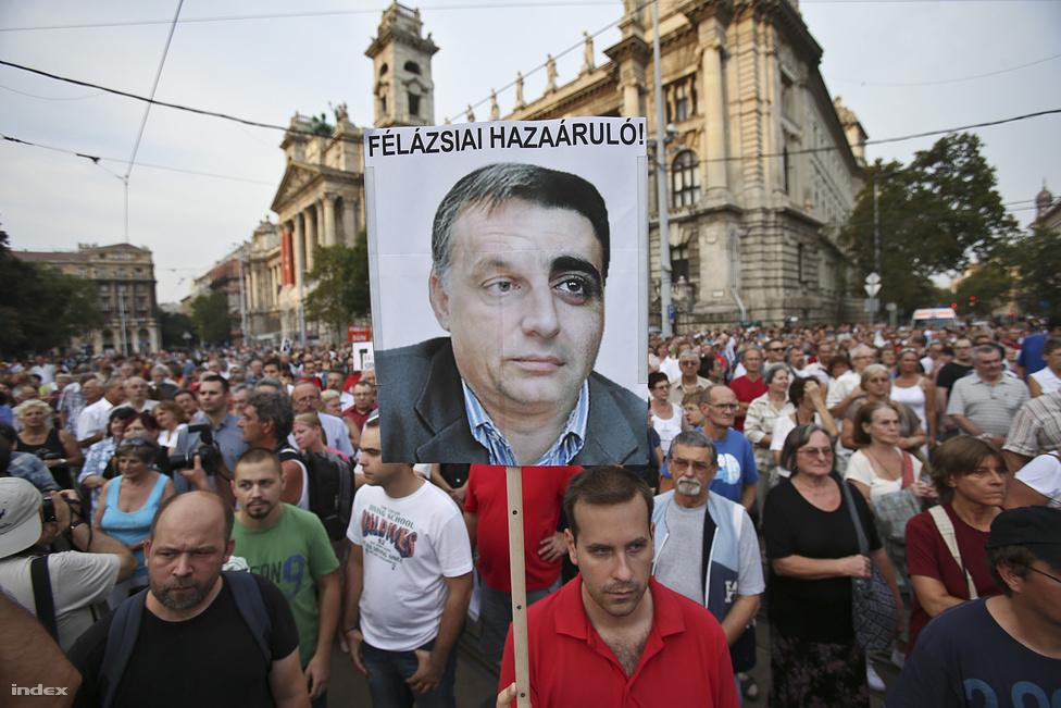 A Milla felhívására összegyűlt kétezer tüntető bocsánatot kért az örményektől és Orbán Viktort támadta a nemzetközi szinten is felzúdulást keltő azerbajdzsáni baltás gyilkos ügye miatt. a. Augusztus 31-én derült ki, hogy a magyar állam kiadta Ramil Sahib Safarovot Azerbajdzsánnak, ahol az elnöki kegyelemmel szabadult, és hősként ünnepelték. Az azeri férfi még 2004-ben verte agyon egy baltával az örmény katonatársát, amiért 2007-ben életfogytig tartó börtönbüntetésre ítélték.