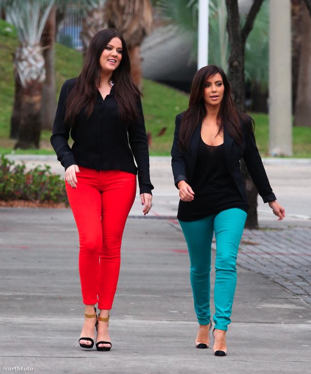 Kim és Khloe Kardashian Miamiban sétálgattak színes nadrágban.