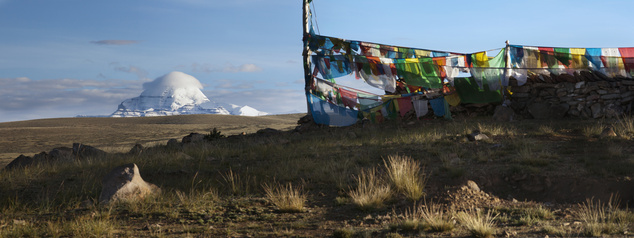 Tábor háttérben a Kailash-heggyel