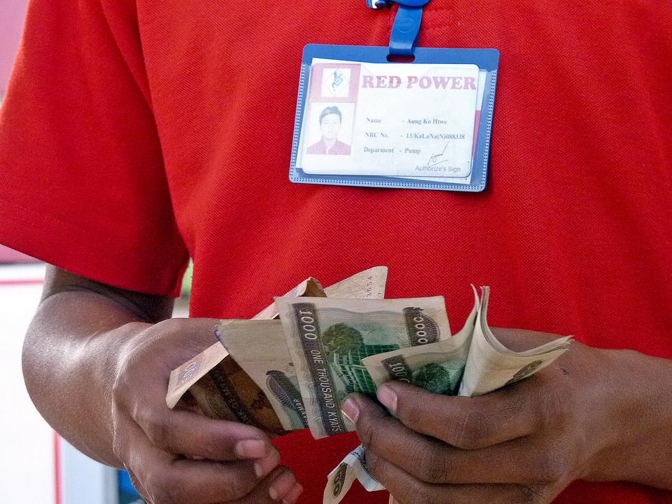 Pörög a pénz: a hivatalos töltőállomás kútkezelője a bevételt számolja. Burma fizetőeszköze a kyat, 1 kyat jelenleg USA-dollárból átszámítva körülbelül 25 fillért ér. A dollárt egyébként szinte mindenütt elfogadják, de aki Burmába készül, vegye figyelembe, hogy csak az új, szinte használatlan bankjegyeket szeretik, amelyeken lehetőleg még kettéhajtva sem voltak soha.