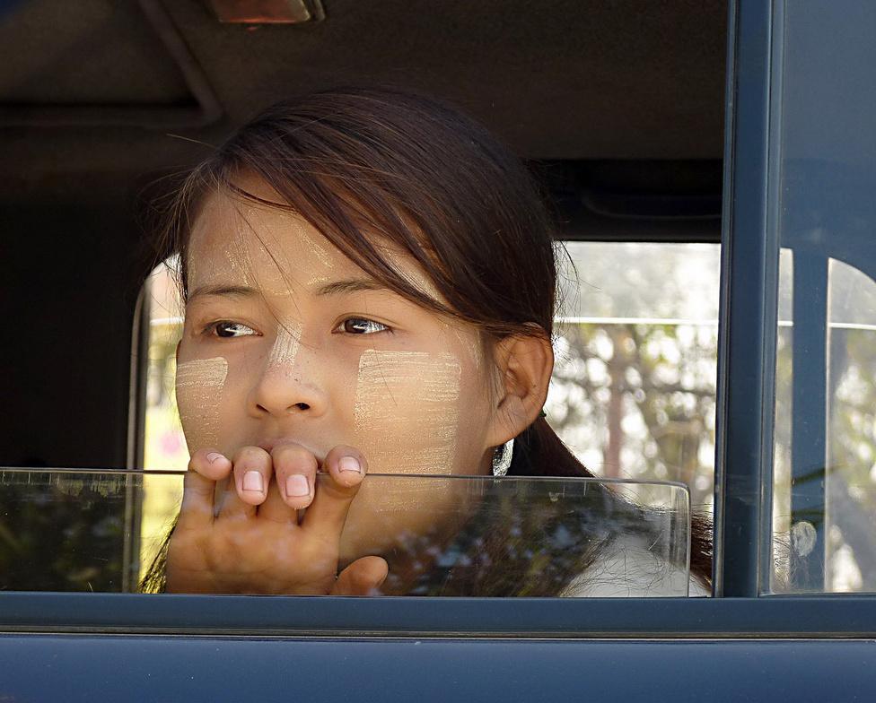 Burmai lány egy taxiban, arcán akácfa kérgéből készített kenőccsel, amelyet a Nap elleni védelemül és persze szépészeti okokból használnak a nők. Tekintete talán a múltba, talán a jövőbe réved: és valóban nagy kérdés, mit hoz ennek a gyönyörű országnak a jövő. Jelenleg a demokratizálódásról és a gazdasági nyitásról szólnak a hírek. Burma ötven év stagnálás és elnyomás után remélhetőleg fejlődésnek indul, és ugyancsak remélhetőleg a megújulás során gazdag és élő hagyományairól se feledkezik majd el.