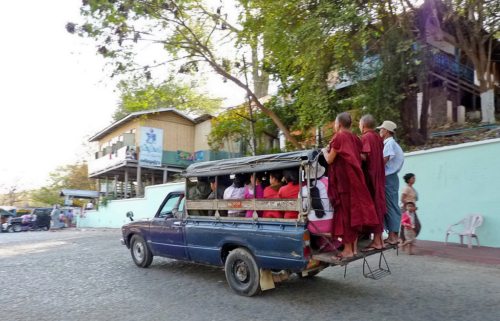 Az iránytaxiként üzemelő öreg japán pickupok a regionális forgalom jellegzetes szereplői. A ponyvatetővel védett platón általában három padsort alakítanak ki, és a sofőrök szerint egy pickup sosincs tele, mindig van hely újabb és újabb utasoknak. A szerzetesek általában ingyen utazhatnak. A tető fölé sok pickupra még csomagtartót is szerelnek, hogy a csomagok ne vegyék el a helyet a fizető utasok elől.