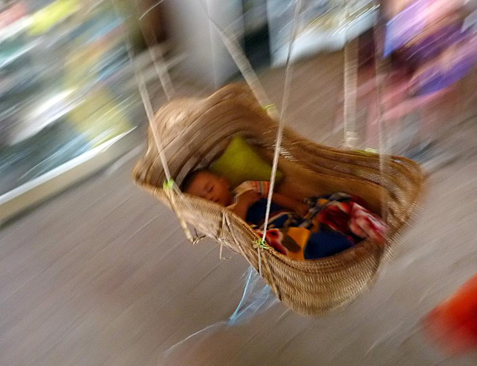 Az első jármű - a bölcső.   Igaz, hogy a hatótávolsága mindössze pár méter, és csak egy útvonalon, ingajáratban közlekedik, ám cserébe páratlanul kényelmes, és megnyugtatóan üzembiztos. Burma népessége mintegy 51 millió, sokan élnek vidéken. Az országot 135-féle nemzetiség és törzs lakja, ezért az együttélés nem felhőtlenül harmonikus. Jelenleg is zajlik egy vallási-etnikai konfliktus a nyugati Arakan régióban a betelepült muszlim rohingják és a helyi buddhisták között.