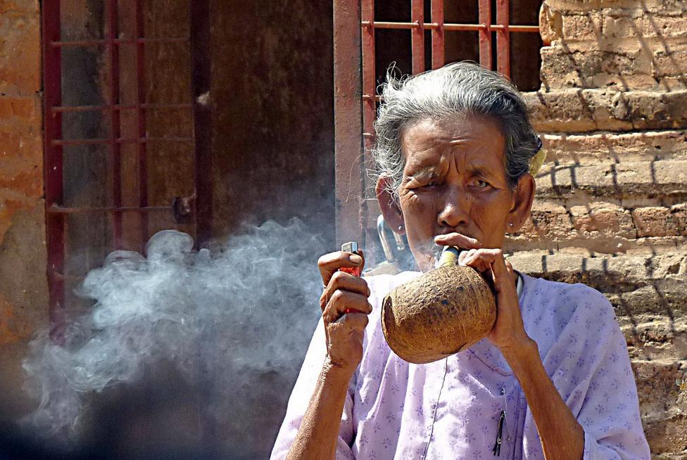 Szivarszünet. A kis manufaktúrákban, vagy akár falusi családi gazdaságokban, otthon készített füstölnivalók nagyon népszerűek Burmában. A kézzel sodort, különféle méretű szivarok egyrészt a hagyomány, másrészt az olcsóságuk miatt keresettek. A szivarozást a nők is legalább olyan élvezettel űzik, mint a férfiak.