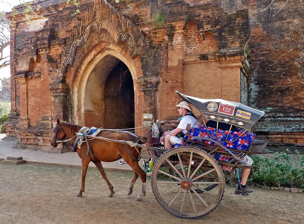 Aki azt akarja, hogy órákra elálljon a látványtól a lélegzete, utazzon el Baganba. Ez a vidék évszázadokkal ezelőtt a buddhista Bagani Királyság központja volt, és ma is egymást érik az akkoriban épített pagodák, sztupák, templomok. A terület bejárásának kényelmes módja egy lovaskocsi bérlése, akár több napra, hajtóval együtt, természetesen.