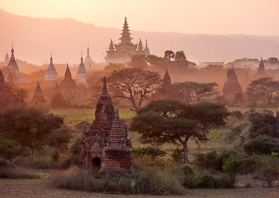 A bagani templomvidék alkonyatkor. A látvány felülmúlhatatlan. Az Irrawaddy partján húzódó területen a 9-13. század között épült mintegy 10 000 vallási épületből 2200 ma is áll. Aki a levegőből szeretne gyönyörködni a páratlan látványban, méregdrága hőlégballonos túrára is befizethet.