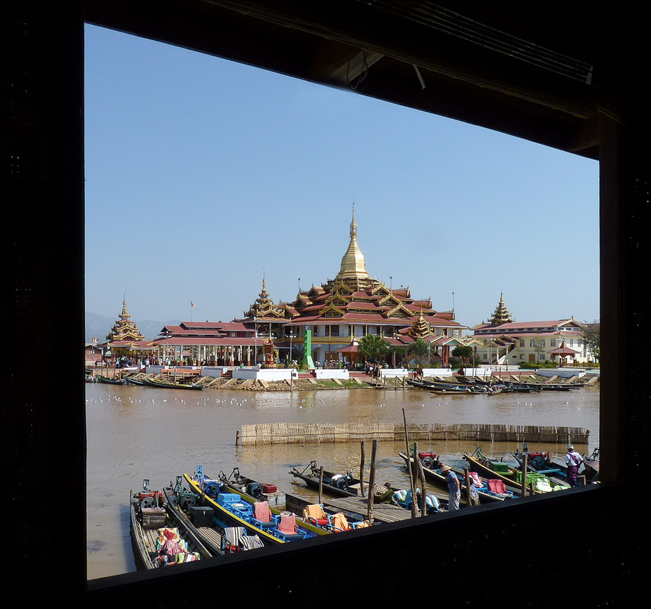 A Phaung Daw Oo pagoda az Inle-tó vallási központja. Az épületben öt kis Buddha-szobrot őriznek, amelyekre a hívők az idők folyamán annyi aranyfüst-lapocskát tapasztottak áldozati ajándékul, hogy az eredeti formájuk már fel sem ismerhető.
