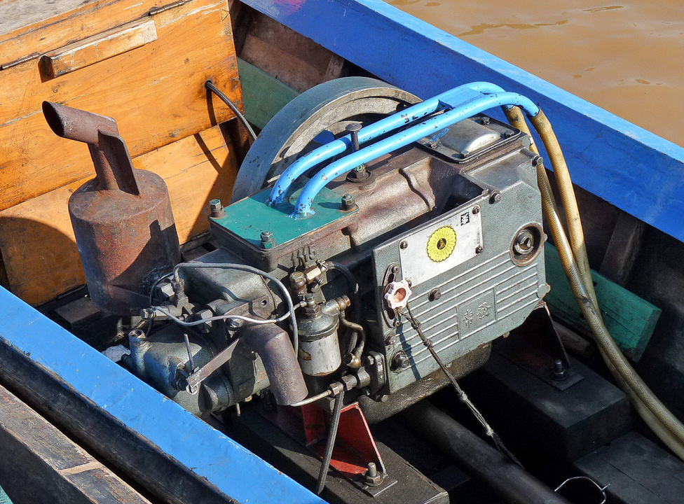 A csónakmotor hűtéséről a tóból szivattyúzott víz gondoskodik. A csónakosok körében népszerűek a japán és kínai autó- és munkagépmotorok, amelyek megfelelő karbantartással a végtelenségig bírják a szolgálatot. A csónakok kormányzása a hajócsavar tengelyének elfordításával történik.