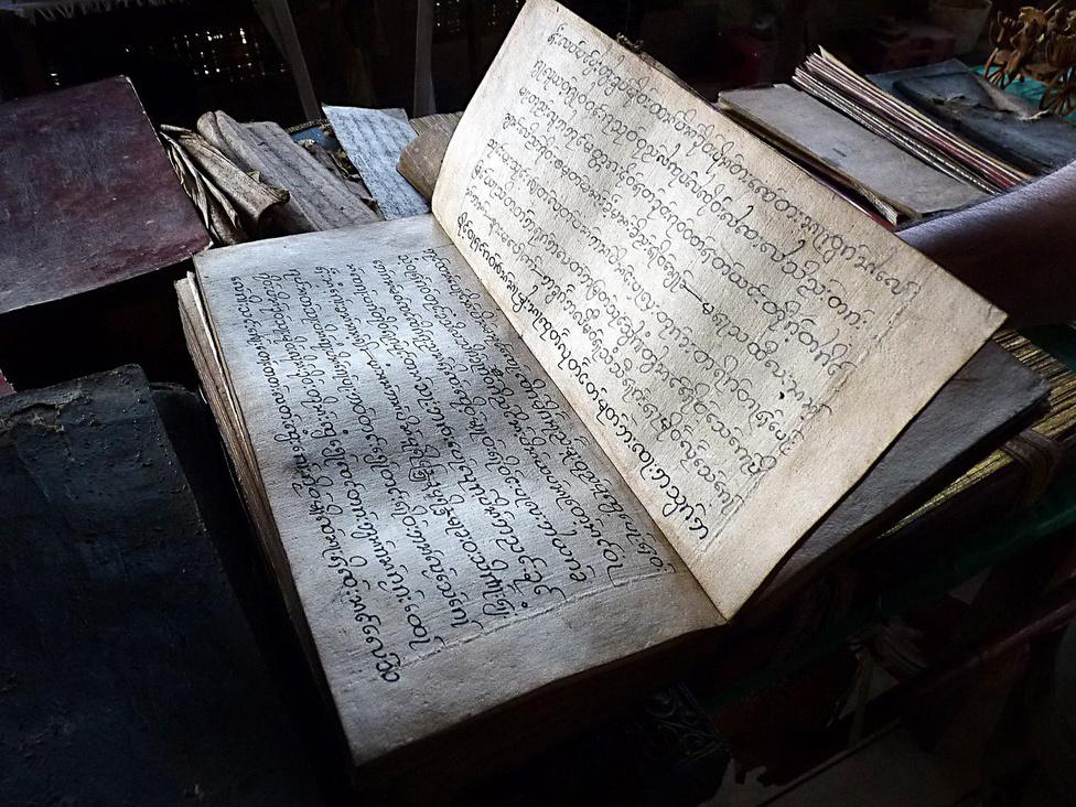 Ezeréves hagyományok, rejtett értékek: kézzel írott imakönyv egy buddhista kolostorban.