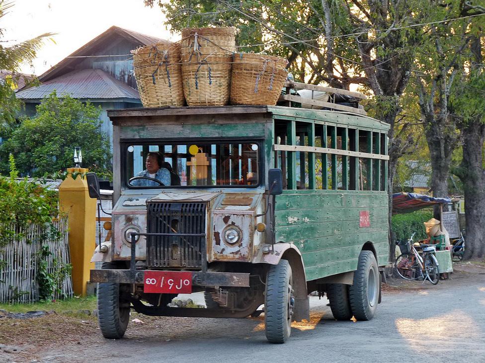 Az igazi fapados járat: a II. világháború előtt készült autóbusz, amely mindennapos használatban van Nyaung Shwe környékén. A hosszú távú útvonalakon, például az 580 kilométeres Yangon-Mandalay távon modernebb, sőt, egészen modern buszok is járnak, ám az út minősége miatt azok sem haladnak sokkal gyorsabban.