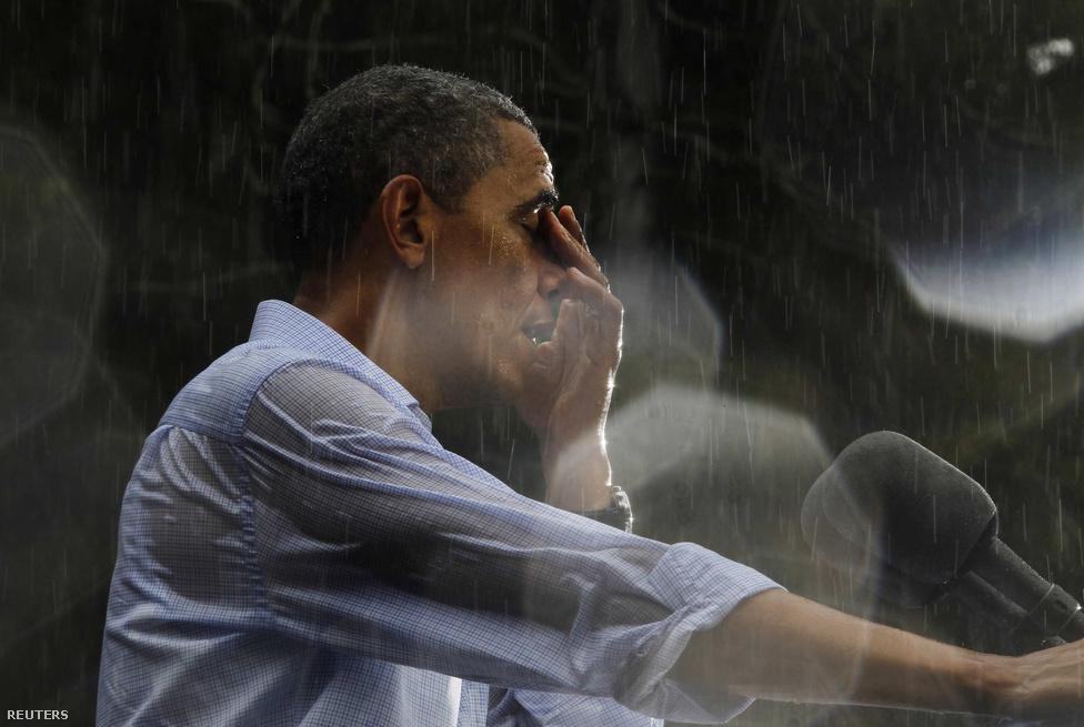 Az özönvíz szerű esőzés ellenére sem szakította félbe kampánybeszédét Barack Obama július 14-én a virginai Glen Allenben.