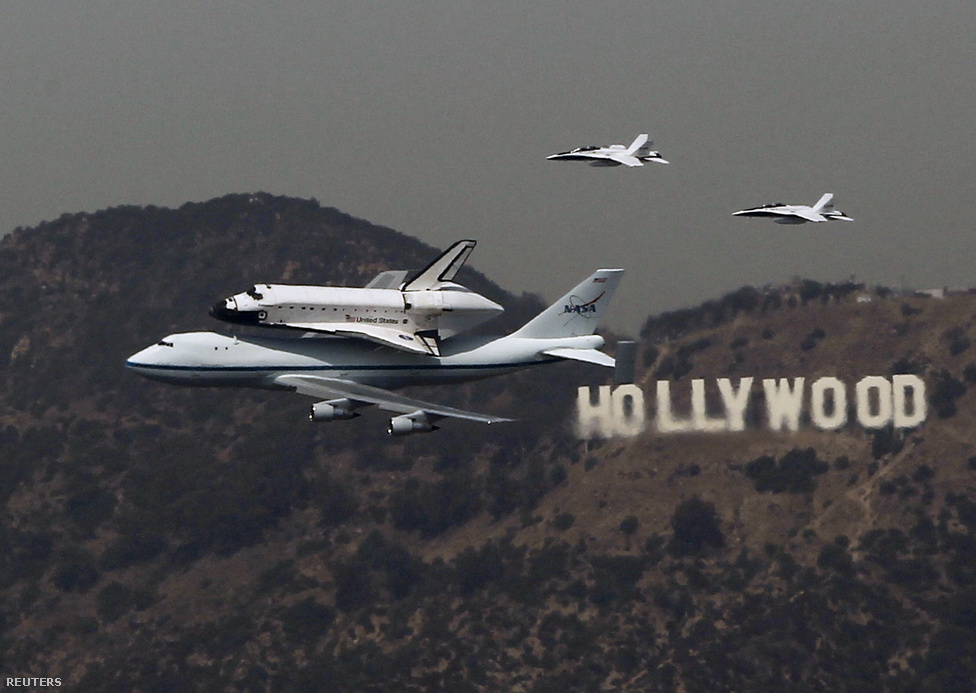 Az utolsó forgalomból kivont űrsikló, az Endeavour szeptember 20-án érkezett meg egy Boeing 747-es repülőgép tetejére szerelve Los Angelesbe, ahol kamionnal vontatták végső nyughelyére, a kaliforniai tudományos központba. Az űrrepülőgép utolsó útján valójában hazatért Kaliforniába, hiszen ott szerelték össze, a Los Angelestől északkeletre fekvő Palmdale-ben