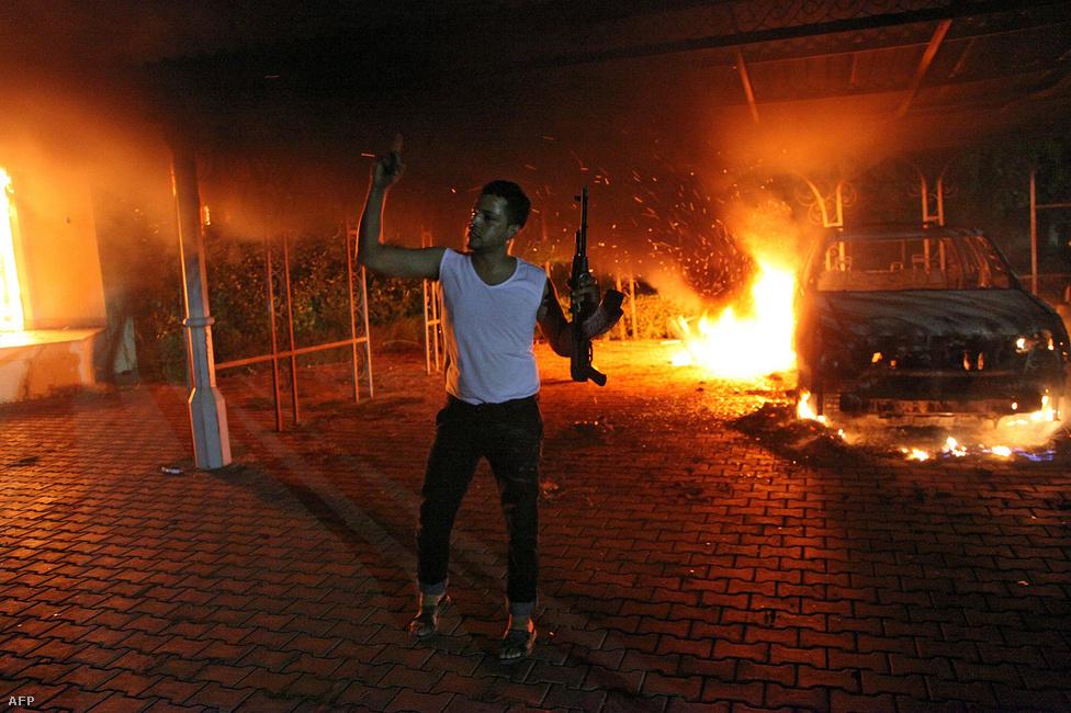 Fegyveres férfi áll a lángoló amerikai konzulátus épülete előtt a líbiai Bengáziban szeptember 11-én. A támadásban négy amerikai, köztük Christopher Stevens nagykövet is életét vesztette. A szélsőségesek egy ismeretlen, feltehetően álnév mögé rejtőző rendező bárgyú és ostobán provokatív Mohamed valódi élete című filmjére hivatkozva támadták meg követségeket szerte a Közel-Keleten.