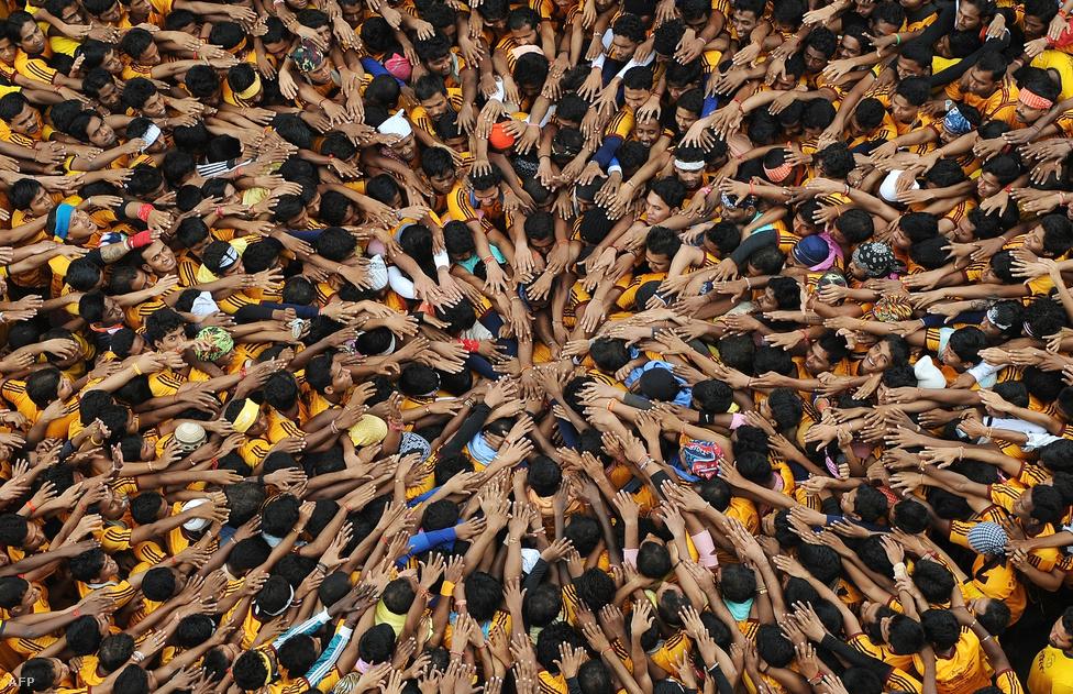Hívők ünneplik a hindu istenség, Krisna születését augusztus 10-én a Janmastami ünnepély keretében Mumbaiban.