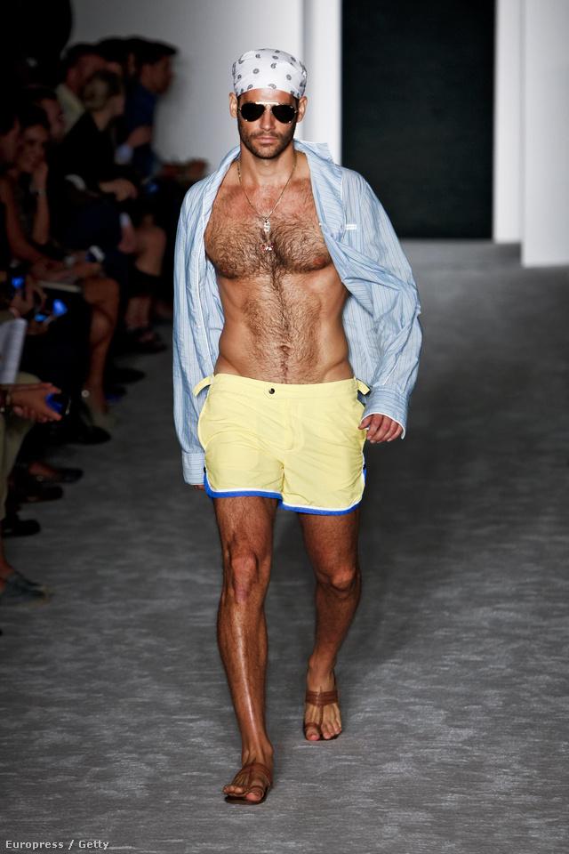 Ez a modell szeptemberben a New York-i divathéten gyalogol éppen, Michael Bastian 2013. tavasz-nyári kollekcióját viselve
