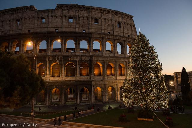 Karácsonyfa a római kolosszeumnál