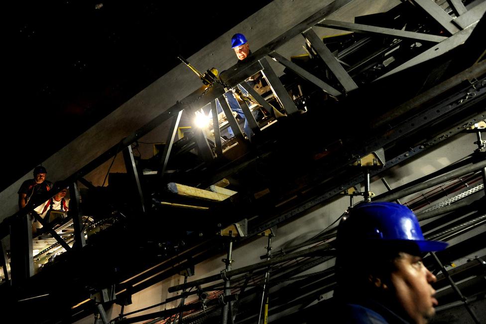 Folyik a munka a 4-es metró Zsigmond körtéri megállójánál szeptember 26-án. A 4-es metróra szánt Alstom szerelvények az év végére érkeznek meg, a vonal utolsó állomása pedig a jövő év közepére készül el. Többéves csúszás után, 2014 első negyedévében megkezdődhet a próbaüzem.