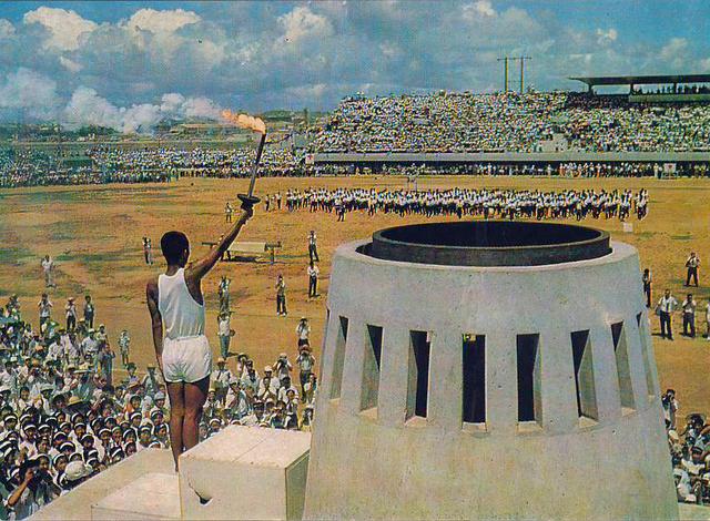 Az olimpiai láng meggyújtása az Omujamai Atlétikai Stadionban, Naha, Okinava.