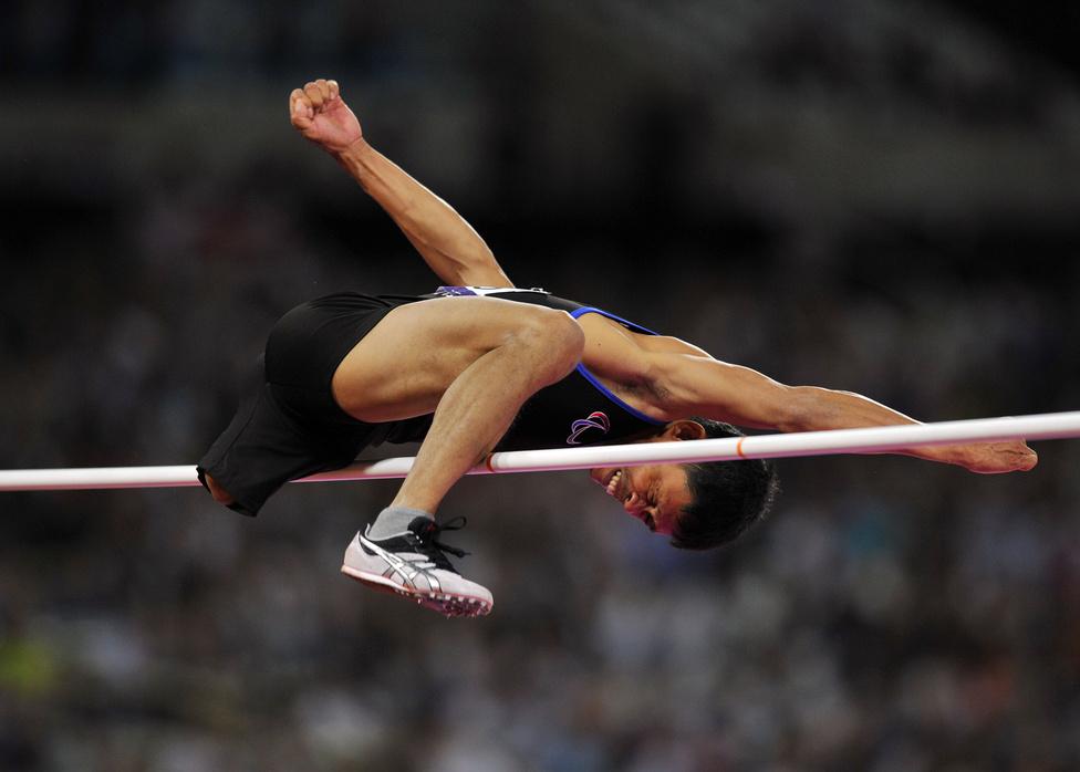 A Fülöp-szigeteki Andy Avellana magasugró kísérlete a férfiak F42 kategóriájában a londoni Paralimpiai Játékokon.