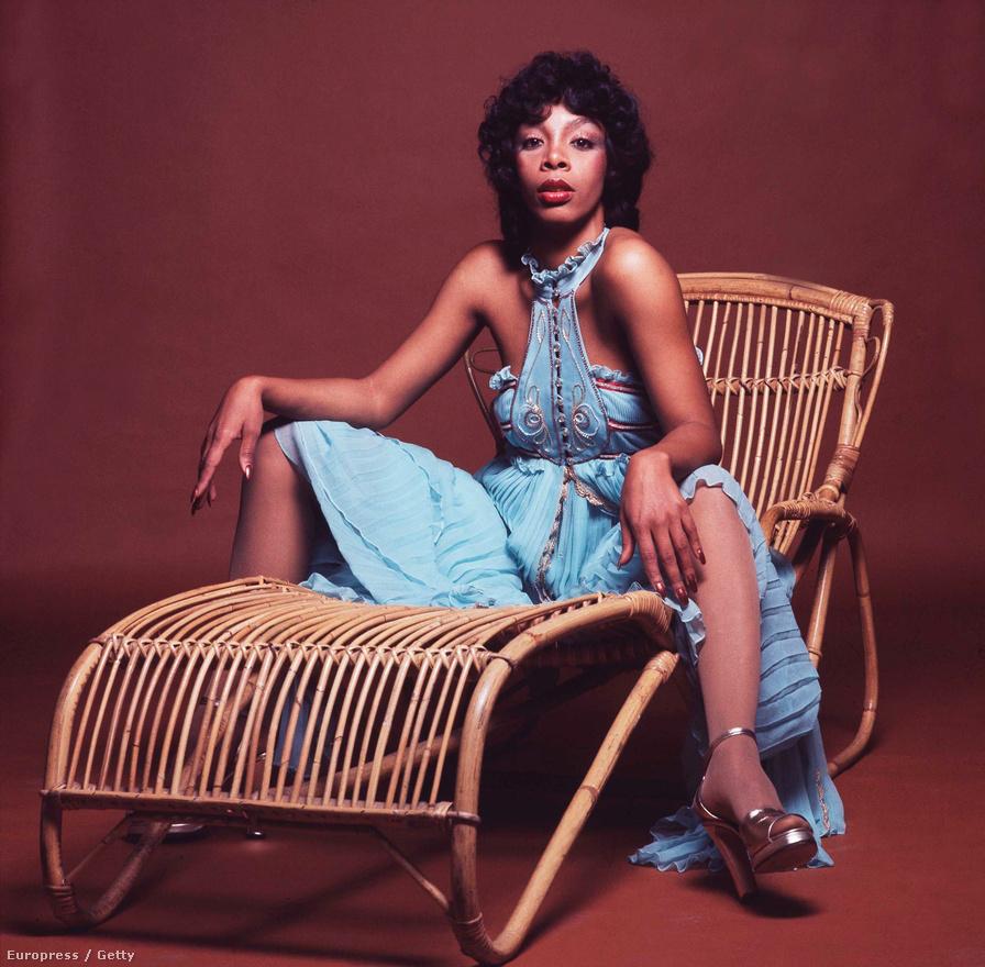A diszkó királynője május 17-én halt meg rákban, 63 évesen. Donna Summer a Broadwayon kezdte, az NSZK-ban lett sikeres, majd Amerikában egy egész korszakot meghatározott lemezeivel. Utolsó albuma 2008-ban jelent meg Kranyon címmel, a világzenei elemeket is tartalmazó lemezről két dal is feljutott a Billboard lista élére.