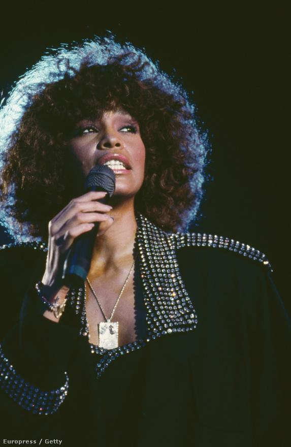 Februárban 48 évesen hunyt el a világhírű énekesnő Whitney Houston, aki válása és drogproblémái után éppen visszatérni készült a szórakoztatóiparba. Houstont Los Angeles-i hotelszobájában halt meg, a kiérkező mentők még megpróbálták újraéleszteni, de hiába. A törvényszéki orvostani vizsgálat szerint receptköteles gyógyszerek és alkohol kombinációjától halt meg a fürdőkádban.
