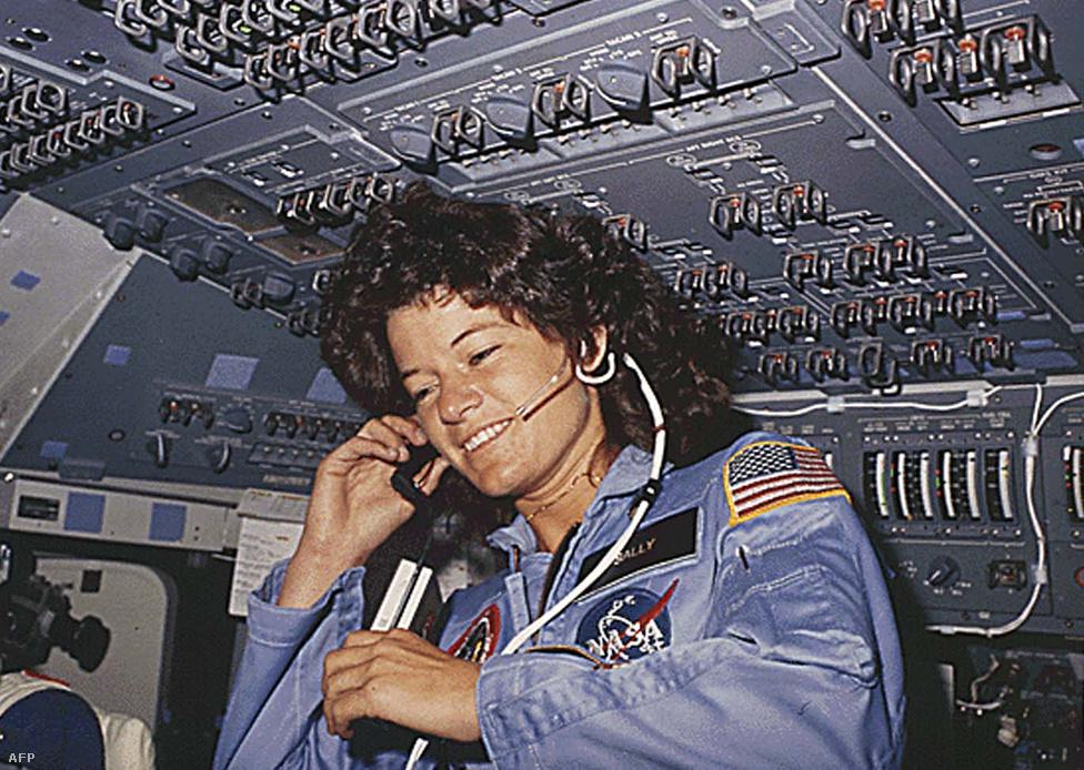 61 éves korában meghalt Sally Kristen Ride, amerikai fizikus, volt asztronauta, az első amerikai nő az űrben. Ride 1978-ban csatlakozott a NASA-hoz, miután a Stanfordon szerzett diplomát angol és fizika szakon. Az űrkutatási hivatalhoz egy egyszerű újsághirdetésen keresztül került; 8000 jelentkező közül választotta őt a NASA.