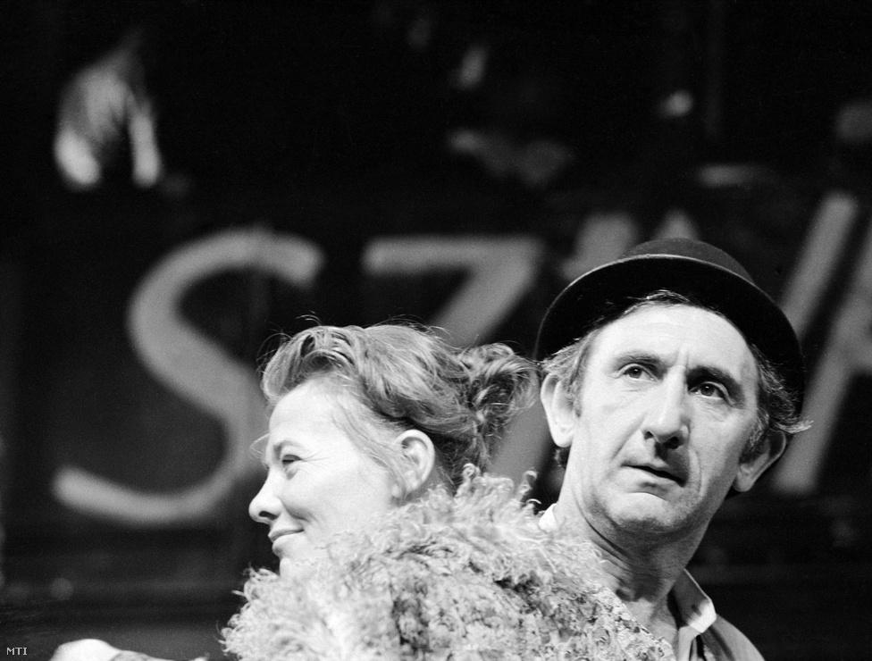 Hetvenhetedik születésnapja után három héttel elhunyt Garas Dezső, a legismertebb magyar színészek egyike. Rengeteg filmben szerepelt, főbb színházi alakításait és díjait felsorolni is nehéz.