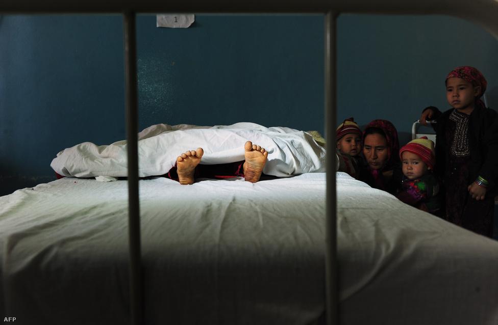 Egy ötéves afgán lány holttestét állja körül családja Mazar-i-Sarif tartományban, november 12-én. A lányt egy 22 éves férfi megerőszakolta és megölte. Az afgán nők 87 százaléka szenved fizikai vagy lelki bántalmazást élete során, bár a kegyetlen statisztika évről évre csökken.