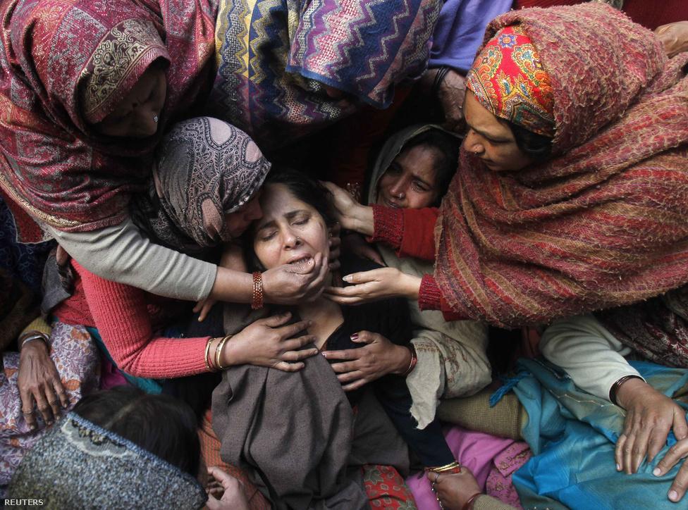 Subash Tomar indiai rendőr feleségét vigasztalja a tömeg férje temetésén, december 25-én. Az Új Delhiben szolgáló rendőr az év végén elfajult utcai harcokban vesztette életét, mikor egy indiai nő ellen elkövetett tömeges erőszak hírére feldühödött tömeg vette be magát a fővárosba. A rendőrségnek le kellett zárnia a városba vezető utakat és a vasutat is, a hirtelen utcára tódult kezelhetetlen méretű tömeg megfékezésére.