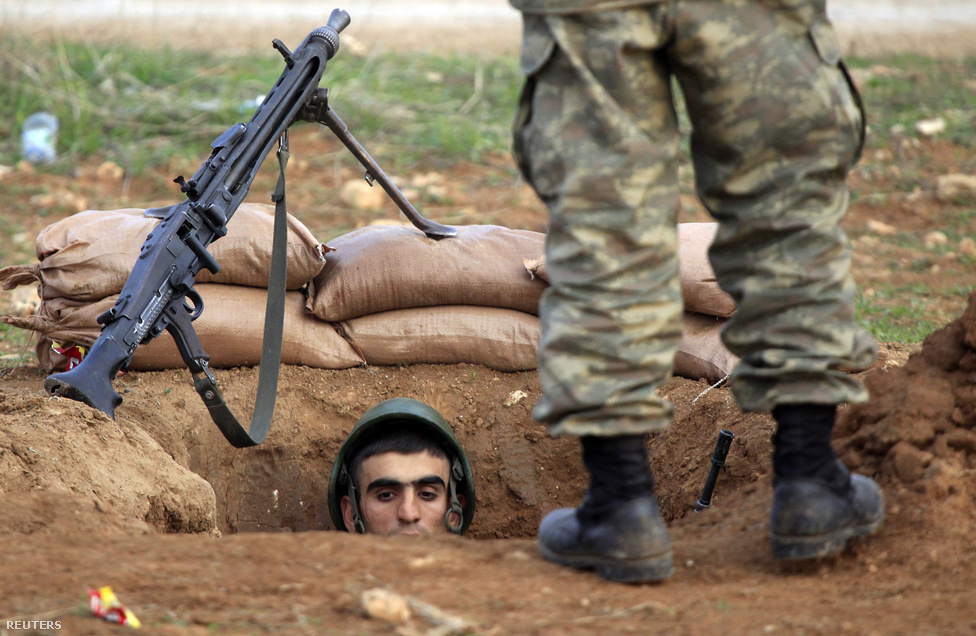 Török katona a lövészárokban a szíriai határon. A lassan egy éve húzódó szíriai felkelés miatt ezrek menekültek a környező országokba. A török határon állandó készültségben áll a hadsereg, az év során ugyanis néhány szíriai felkelőkre kilőtt rakéta török területen csapódott be.