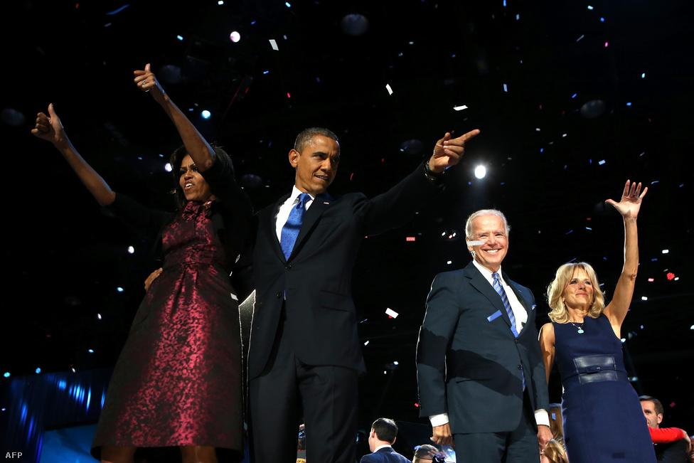 Obama a színpadon feleségével és Joe Biden alelnökkel a választás éjszakáján, november 6-án, miután megnyerték az idei elnökválasztást.