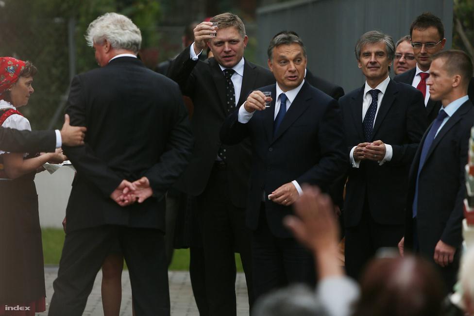 Orbán Viktor és Robert Fico koccintanak Pilisszentkereszten, október 2-án.