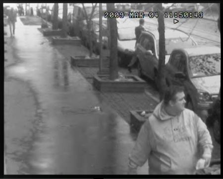 Feltehetőleg a bankrablóról készült képek amint terepszemlét tart a helyszínen március 4-én.
