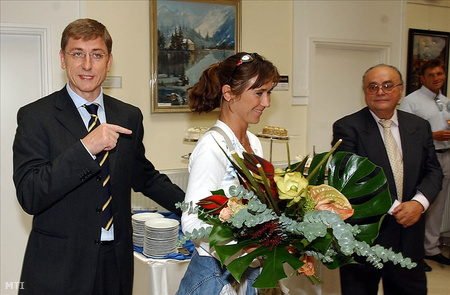 Gyurcsány virággal köszönti Nagy Tímeát